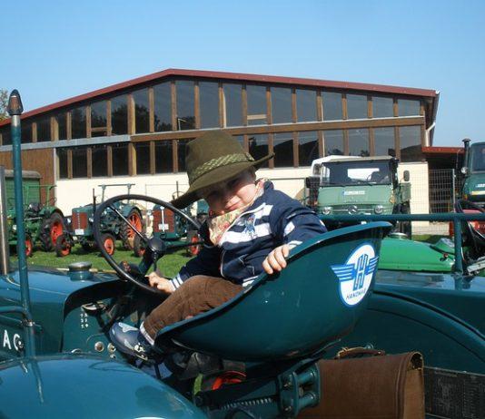 dziecko na traktorze