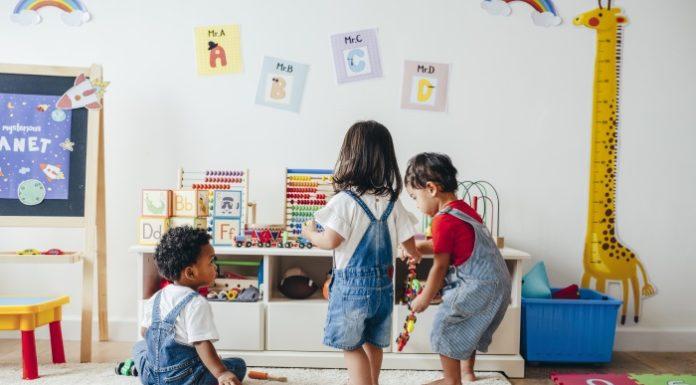 Jak wspomóc rozwój malucha poprzez interaktywne zabawi dla dzieci